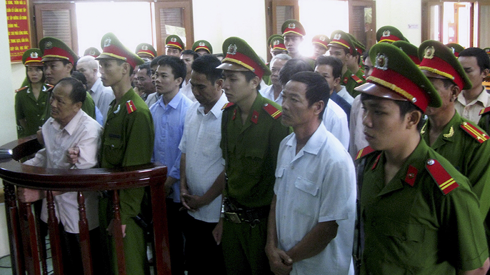 Phan Van Thu (L) and other Bia Son members hear the court's verdict in Vietnam's Phu Yen province, Feb. 4, 2013.