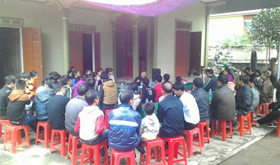 Nguyen Van Dai teaches residents about their rights in Nghe An province, Dec. 6, 2015. Credit: Nguyen Van Dai