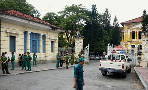Police and security staff stand outside the Ho Chi Minh City courthouse, Sept, 24, 2012.