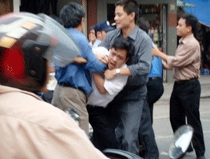 Vietnamese plainclothes police arrest student demonstrator, ending a brief anti-China protest on 29 April 2008.  (AFP)