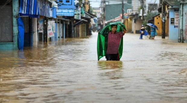 vietnam-floodwalk2-102120.jpg