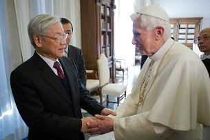 Vietnamese Communist Party General Secretary Nguyen Phu Trong (l), shakes hands with Pope Benedict XVI in the Vatican, Jan. 22, 2012.
