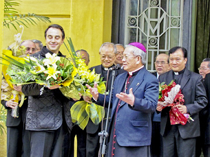 The Vatican delegation is greeted in Hanoi, Feb. 27, 2012.