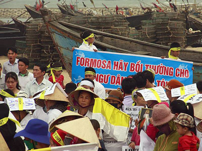 Vietnamese Catholics demonstrate to mark the anniversary of the Formosa environmental disaster in central Vietnam's Ha Tinh province, April 6, 2017.