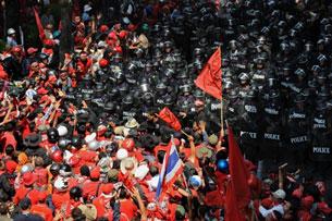 ១០-មេសា-២០១០: ក្រុមបាតុករអាវក្រហមប៉ះទង្គិចជាមួយក្រុមប៉ូលិសបង្ក្រាបបាតុករ អំឡុងពេលធ្វើបាតុកម្មប្រឆាំងរដ្ឋាភិបាលនៅកណ្ដាលទីក្រុងបាងកក ប្រទេសថៃ។ (AFP Photo)