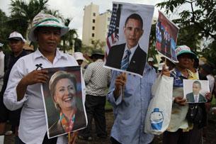 ពលរដ្ឋអ្នកតវ៉ានៅមុខទូតអាមេរិក កាន់រូបថតលោក បារ៉ាក់ អូបាម៉ា (Barack Obama) ប្រធានាធិបតីសហរដ្ឋអាមេរិក និងអ្នកស្រី ហ៊ីលឡារី គ្លីនតុន (Hillary Clinton) សុំឲ្យជួយអន្តរាគមន៍ដល់រដ្ឋាភិបាលកម្ពុជា ក្នុងករណីទំនាស់ដីធ្លីរបស់ពួកគាត់ កាលពីថ្ងៃទី១២ ខែវិច្ឆិកា ឆ្នាំ២០១២។ RFA