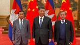 (ពីឆ្វេង) លោកនាយករដ្ឋមន្ត្រី ហ៊ុន សែន លោកប្រធានាធិបតីចិនលោក ស៊ី ជីងពីង (Xi Jinping) និងកូនប្រុសច្បងលោក ហ៊ុន សែន គឺលោក ហ៊ុន ម៉ាណែត។