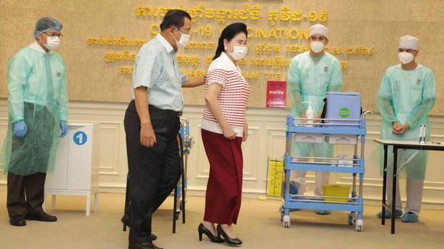 Hun_Sen_his_wife_got_Vaccine_Covid19_from_facebook.jpg