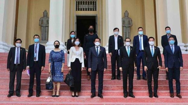 UN_meet_government_official.jpg