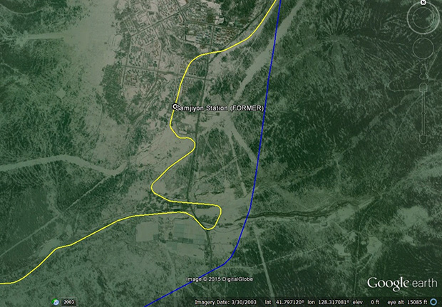 새로 건설하는 철도는 기존의 삼지연역을 지나쳐 곧바로 삼지연대기념비 앞 못가역과 이어지도록 설계되어 있다. 사진-구글어스/ 커티스 멜빈 제공