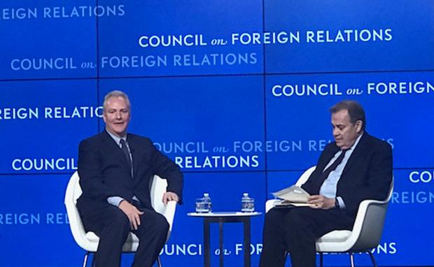 크리스 밴 홀런 민주당 상원의원(좌측)이 미국 외교협회가 21일 개최한 정책 토론회에서 발언하고 있다.