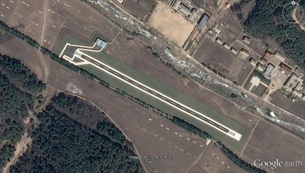 평안북도 창성군, 김정은 노동당 위원장의 별장 인근에 만들어진 전용활주로. 약 550m 길이의 잘 포장된 활주로, 격납고 등이 보인다. 현재까지 9개의 전용활주로가 확인됐다.
