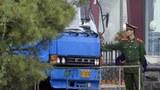 2006년 중국-북한 국경지대인 단둥에서 중조우의교를 건너 신의주로 들어가는 트럭을 검사하는 모습