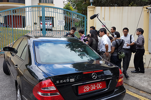 말레이시아 북 대사관앞에 몰려든 취재진