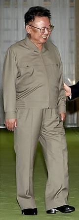지난 2007년 10월 노무현 전 대통령과의 남북정상회담 당시 신던 굽 높은 키높이 구두를 착용한 김정일 위원장 모습. 사진-연합뉴스 제공