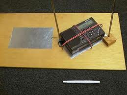 수신 잡음을 없애기 위한 전파 방해 방지 안테나와 단파라디오.