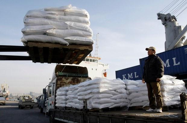 지난 2009년 한국이 지원한 쌀을 북한에 보내기 위해 인천항에서 선적하는 모습.