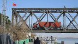 사진은 트럭이 북한에서 화물을 싣고 압록강대교를 건너 단둥 해관(세관) 쪽으로 들어서는 모습.