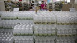보통강백화점에서 플라스틱 병에 담긴 각종 술을 판매하고 있다.