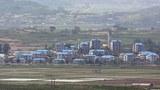 경기도 파주시 도라산전망대에서 바라본 북한 기정동의 주택들이 지붕을 파란색으로 단장해 눈길을 끌고 있다.