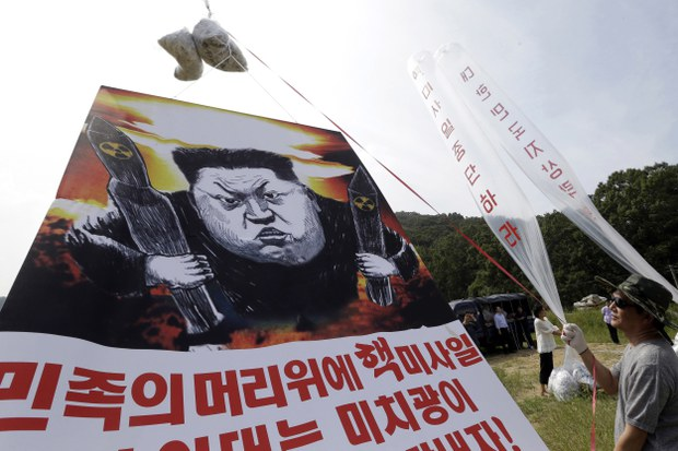지난 2016년 경기도 파주시에서 탈북자들이 대북전단과 현수막을 풍선에 달아 북한으로 보내고 있다.