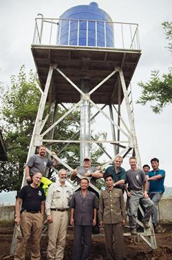 지난 8월 '조선의 그리스도인 벗들'(CFK)의 직원들이 해주 결핵 요양소에서 완공된 급수탑 앞에서 서 있다.