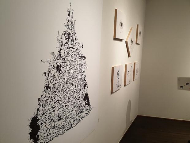 서울의 '갤러리 인사아트'에서 탈북민 출신 작가 3인의 공동 그림전시회, '까마치'가 8일 열렸다. 좌측 그림은 강춘혁 작가의 '봄의 혁명(Spring Revolution)'.