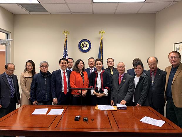 그레이스 맹 연방 하원의원이 한인단체 회원들과 기념사진을 찍고 있다.