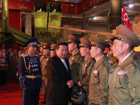 북한이 노동당 창건 76주년을 맞아 국방발전전람회 '자위-2021'을 11일 3대혁명 전시관에서 개막했다고 조선중앙통신이 12일 보도했다. 사진은 김정은 당 총비서가 국방발전전람회장을 참관하고 관계자들과 악수를 하고 있다.