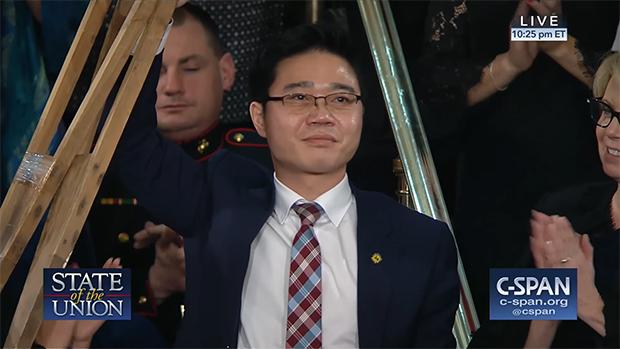 트럼프 대통령이 첫 국정연설에서 소개한 탈북자이자 북한인권 운동가인 지성호 나우 대표가 목발을 들어 참석자들의 박수에 답하고 있다.