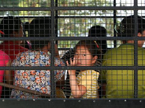 태국 치앙라이 경찰서에서 법원으로 출발하기 위해 버스에 탄 탈북민들의 모습.