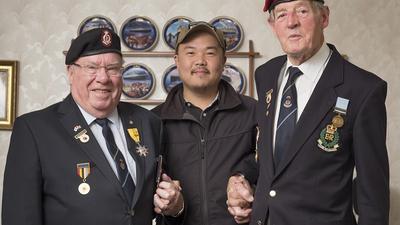 한국전쟁 참전용사들과 손을 잡고 있는 라미 현 작가(가운데).