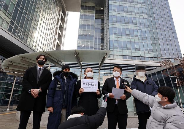 사진은 13일 서울 서초구 서울행정법원 앞에서 북한군에 피격된 해양수산부 공무원 유가족의 정보공개청구 행정소송 기자회견을 하는 모습.