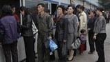 코로나 바이러스로 북한 당국이 통제를 강화하자 주민들이 식료품을 미리 확보하기 위해 가게 앞에 길게 줄을 서 있다.