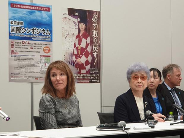 납북자 문제 해결을 위한 국제심포지엄 직후 납북 피해자 가족들의 공동 기자회견에 참석한 신디 웜비어(왼쪽)와 요코타 사키에(왼쪽에서 두번째).