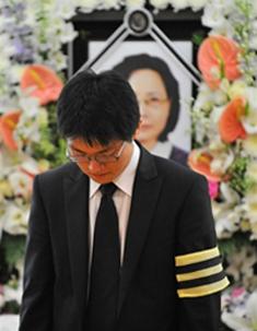 금강산 관광 도중 북한군의 총격에 맞아 숨진 박왕자씨의 장례식에서, 박씨의 아들 방재정씨가 어머니의 영정 앞에서 눈물을 흘리고 있다.