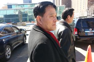 유엔 북한 대표부의 자성남 신임대사가 28일 뉴욕 유엔에서 반기문 유엔 사무총장에게 신임장을 제출한 뒤 유엔 본부를 나와 북한대표부로 향하고 있다. RFA PHOTO/정보라