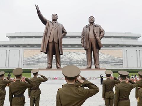 북한 군인들이 평양 만수대 언덕에 있는 김일성·김정일 동상을 향해 거수경례를 하고 있다.