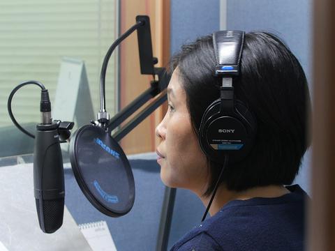 사진은 서울에 소재한 한 대북 단파 방송국에서 탈북자가 방송을 진행하는 모습.