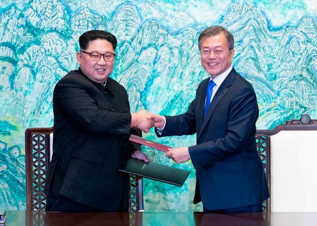 문재인 대통령과 김정은 국무위원장이 27일 오후 판문점에서 '판문점 선언문'에 서명한 뒤 서명서를 교환하고 있다. 사진-연합뉴스