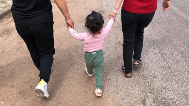 엄마 손을 잡고 6천km의 탈북 여정에 나선 두 살배기 여자아이.