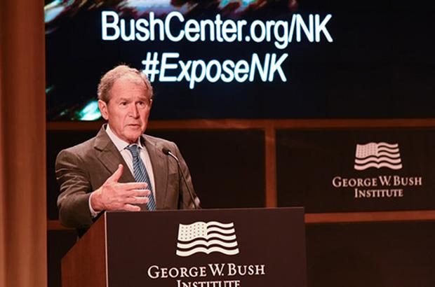 조지 W. 부시 전 미국대통령이 2016년 11월 텍사스주 댈러스의 부시센터에서 열린 '북한자유포럼' 행사에서 북한 문제 개선을 위한 국제사회 노력의 중요성을 강조하고 있다.