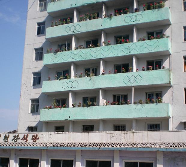 자강도 희천시의 한 주택 모습. 지방 아파트의 전형적인 형태로 베란다에서 꽃 등을 가꾸고 있었다. (2011년 8월)