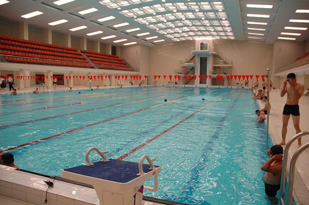 김일성종합대학 안에 있는 학생용 실내 수영장 모습. 일반 학생들이 여가시간을 이용해 이용하고 있었다. (2010년 8월)