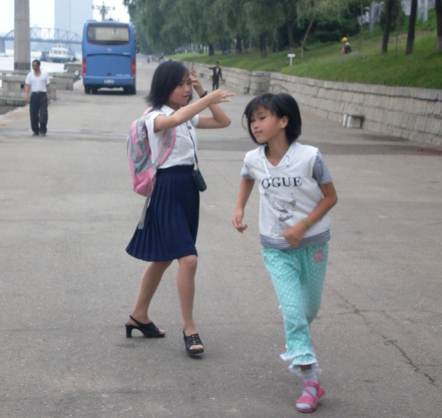 평양 대동강변에서 즐겁게 뛰놀고 있는 아이들. (2011년 8월)