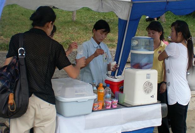 2011년 8월 평양 대동강 변에서 흔히 볼 수 있었던 음료 매대.
