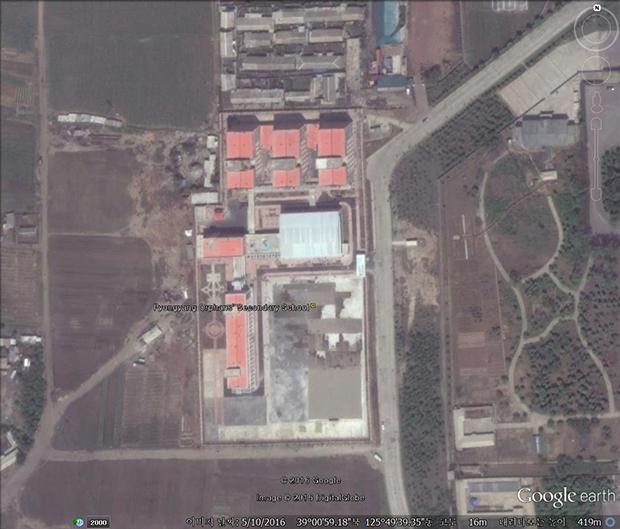 김정은 북한 국무위원장이 2016년에 방문한 '평양중등학원'. 북한의 고아들은 평양 육아원과 애육원, 초등학원을 거쳐 중등학원에서 교육을 받게 된다.