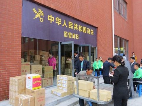 중국 단둥의 궈만항 광장 뒷마당에 마련된 단둥해관(세관)의 출장소에서 상인들이 통관절차를 밟고 있다.