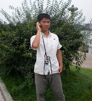 """""""손전화를 사용하는 모습을 사진찍고 싶다""""고 하자 기꺼이 포즈를 취해준 북한 대학생. (2011년 8월)"""