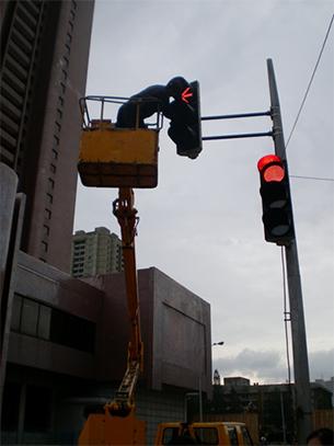 한 때 북한의 명물이었던 여성 사회보안원의 교통정리가 점차 사라지고 평양 시내 거리마다 신호등이 설치되고 있었다. (2011년 9월)
